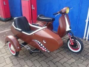 Roller mit Beiwagen - Lackierung Hai
